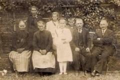 0022.-Maria-Kozioł-z-rodzicami-i-rodzeństwem.-1938-r.