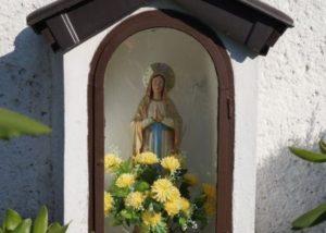 Nabożeństwa majowe przy kaplicach i krzyżach.